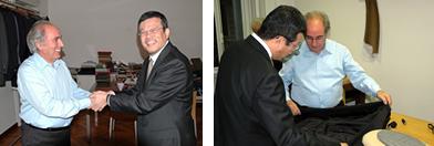 マリオ・ペコラ氏と固い握手をかわす。