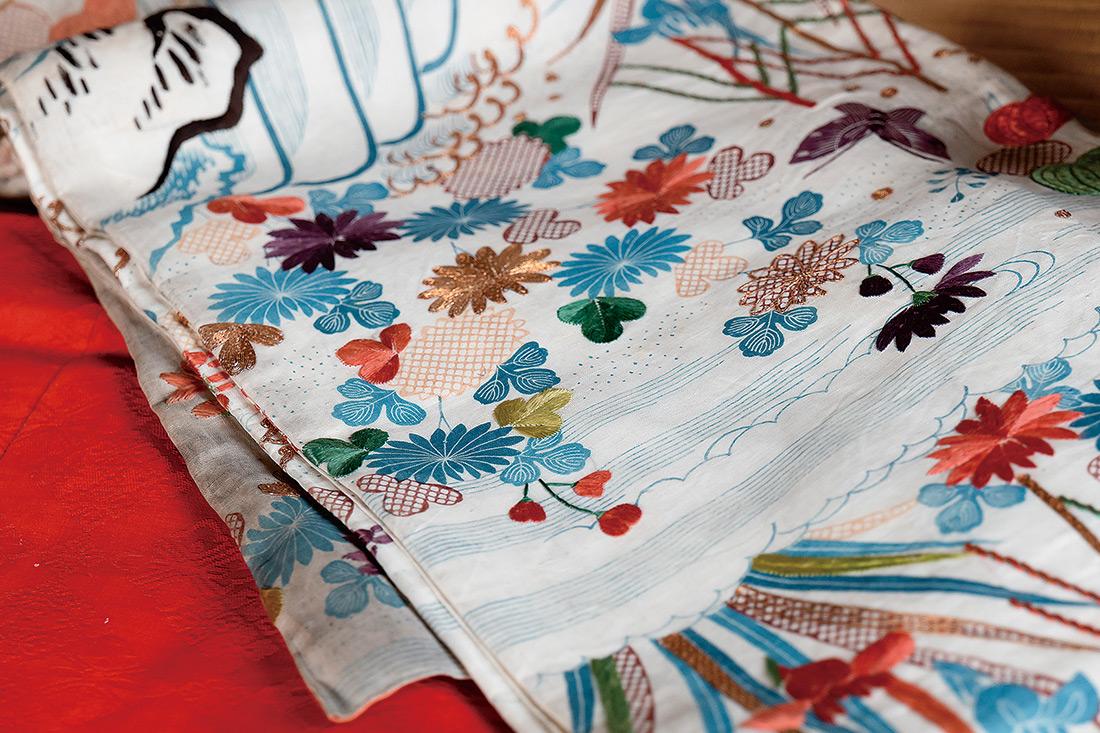 長年、手つかずのままに置かれていた書画等の文化財とともに見つかった着物の数々は、禅宗の修行道場に不釣り合いなほどの煌びやかさ。金糸を用いた刺繍が贅沢に施されている。