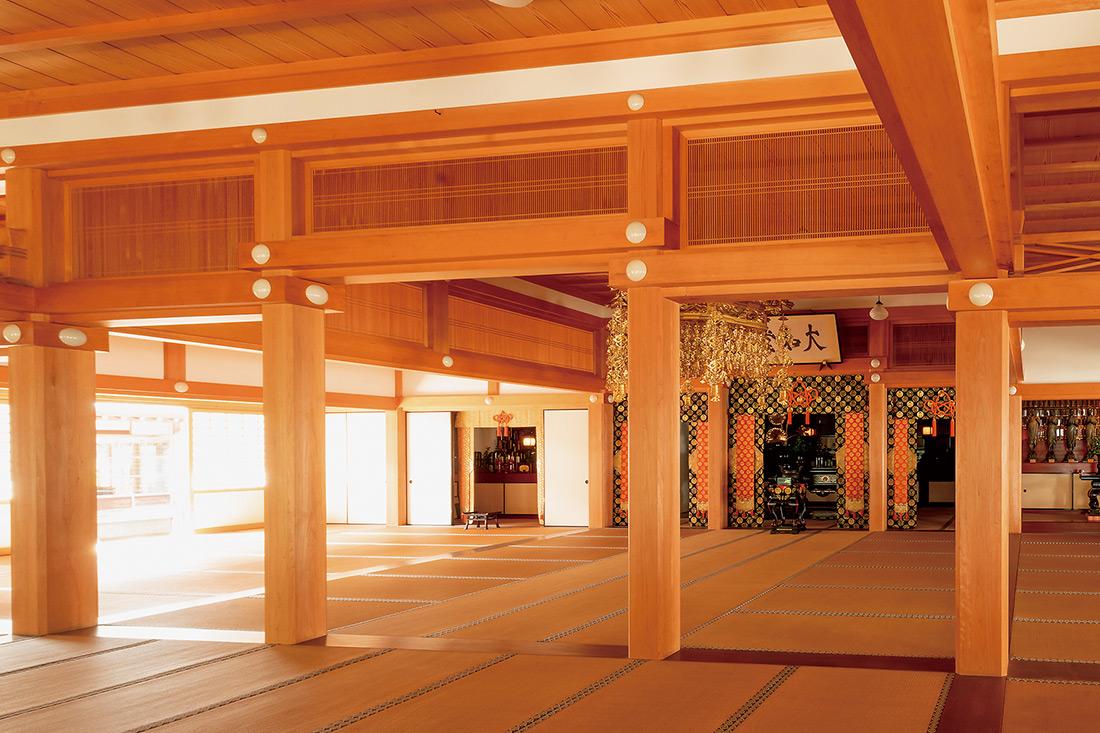 本堂の本尊は十六善神。中央壇に釈迦三尊像とともに安置されている。